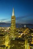 Areal widok na Transamerica ostrosłupie i mieście San Fransisco przy półmrokiem obraz royalty free