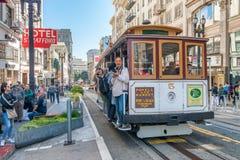 SAN FRANSISCO CA, SIERPIEŃ, - 6, 2017: Wagon Kolei Linowej wzdłuż miasto ulic Fotografia Stock