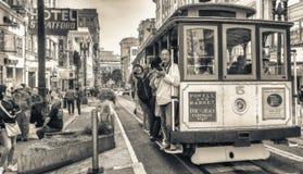 SAN FRANSISCO CA, SIERPIEŃ, - 6, 2017: Wagon Kolei Linowej wzdłuż miasto ulic Zdjęcia Royalty Free