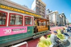SAN FRANSISCO CA, SIERPIEŃ, - 5, 2017: Wagon Kolei Linowej wzdłuż miasto ulicy Fotografia Royalty Free