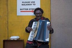 San Fransisco, CA, usa - Marzec, 2016: Bezdomny mężczyzna bawić się akordeon obraz royalty free