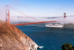 San Fransisco Golden Gate Bridge na mgłowym dniu dramatyczny evening l zdjęcie royalty free