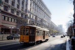 San Fransisco, Kalifornia, Jednoczący Około 2015-Vintage Pasażerskiego dojeżdżającego Uliczne Samochodowe podróże wzdłuż Targowej Obrazy Stock