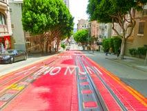 San Fransisco, Kalifornia, usa - Maj 04, 2016: Typowa ulica z wagonów kolei linowej śladami Zdjęcia Stock