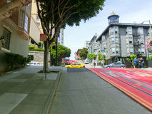 San Fransisco, Kalifornia, usa - Maj 04, 2016: Typowa ulica z wagonów kolei linowej śladami Zdjęcie Royalty Free