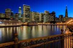 San Fransisco linia horyzontu z wakacji odbiciami i światłami Fotografia Stock