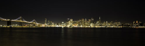 San Fransisco nocy BayBridge i linia horyzontu Obrazy Royalty Free