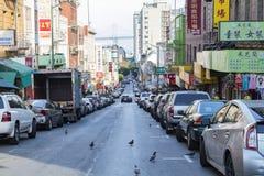 SAN FRANSISCO - OKOŁO 2017: Gołębia spacer przez Jackson ulicy b Obraz Royalty Free