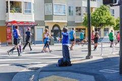 San Fransisco rajdu samochodowego sprzedawca sprzedaje biegacze gdy ścigają się on Obrazy Royalty Free