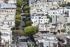 SAN FRANSISCO, usa - KWIECIEŃ 07: Lombard ulica na Rosyjskim wzgórzu dalej Zdjęcie Stock