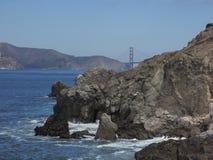 San Fransisco zatoka z złoci wrota w tle i skałami w przodzie Fotografia Royalty Free