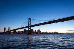 San Fransisco zatoki światła przy nocą i most Obrazy Royalty Free