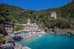 San Fruttuoso di Camogli, costa ligur, provincia de Génova, con su Abbaey antiguo, la playa y los turistas, Italia Foto de archivo libre de regalías
