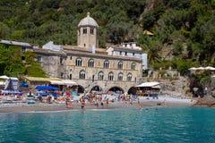 San Fruttuoso di Camogli, costa ligur, provincia de Génova, con su Abbaey antiguo, la playa y los turistas, Italia Foto de archivo