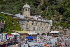 San Fruttuoso di Camogli, costa ligur, provincia de Génova, con su Abbaey antiguo, la playa y los turistas, Italia Fotografía de archivo libre de regalías