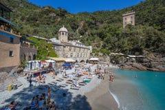 San Fruttuoso di Camogli, costa ligur, provincia de Génova, con su Abbaey antiguo, la playa y los turistas, Italia Fotos de archivo libres de regalías