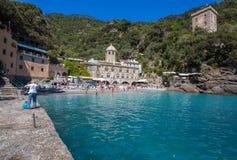 San Fruttuoso di Camogli, costa ligur, provincia de Génova, con su Abbaey antiguo, la playa y los turistas, Italia Imagen de archivo