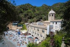 San Fruttuoso di Camogli, costa ligur, provincia de Génova, con su Abbaey antiguo, la playa y los turistas, Italia Imagen de archivo libre de regalías