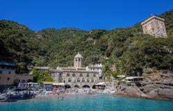 San Fruttuoso di Camogli, costa ligur, provincia de Génova, con su Abbaey antiguo, la playa y los turistas Italia Fotos de archivo
