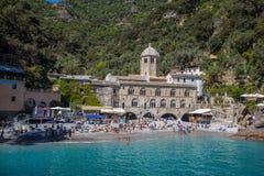 San Fruttuoso di Camogli, costa ligur, provincia de Génova, con su Abbaey antiguo, la playa y los turistas Italia Imágenes de archivo libres de regalías