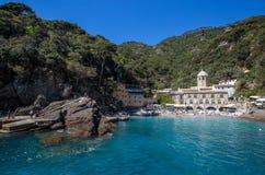 San Fruttuoso di Camogli, costa ligur, provincia de Génova, con su Abbaey antiguo, la playa y los turistas Italia Fotos de archivo libres de regalías