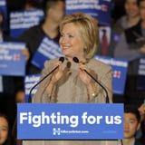 SAN GABRIEL, ЛА, CA - 7-ое января 2016, демократичный кандидат в президенты Хиллари Клинтон развевает и усмехается к азиатскому а Стоковые Изображения RF