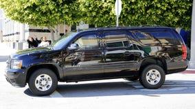 SAN GABRIEL, LA, CA - 7. Januar 2016 reist demokratischer Präsidentschaftsanwärter Hillary Clinton in schwarze SUV-Limousine am A Stockfotos