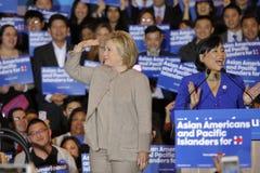 SAN GABRIEL LA, CA - JANUARI 7, 2016, demokratisk presidentkandidatHillary Clinton trappa på folkmassan på den asiatiska amerikan Royaltyfria Foton