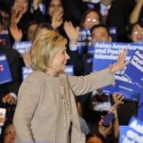 San GABRIEL, La, CA - JANUARI 7, 2016, de Democratische Presidentiële golven en de glimlachen kandidaat van Hillary Clinton aan A Royalty-vrije Stock Foto's