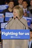 San GABRIEL, La, CA - JANUARI 7, 2016, de Democratische Presidentiële golven en de glimlachen kandidaat van Hillary Clinton aan A Royalty-vrije Stock Afbeeldingen