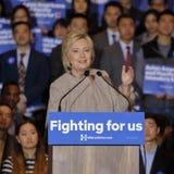 San GABRIEL, La, CA - JANUARI 7, 2016, de Democratische Presidentiële golven en de glimlachen kandidaat van Hillary Clinton aan A Royalty-vrije Stock Fotografie