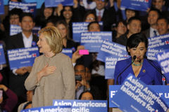 San GABRIEL, La, CA - JANUARI 7, 2016, de Democratische Presidentiële treden kandidaat van Hillary Clinton bij menigte in Aziatis Royalty-vrije Stock Fotografie