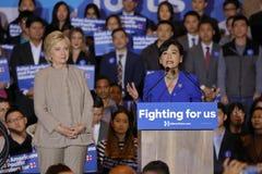 San GABRIEL, La, CA - JANUARI 7, 2016, de Democratische Presidentiële treden kandidaat van Hillary Clinton bij menigte in Aziatis Royalty-vrije Stock Afbeelding