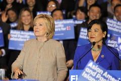 San GABRIEL, La, CA - JANUARI 7, 2016, de Democratische Presidentiële treden kandidaat van Hillary Clinton bij menigte in Aziatis Stock Fotografie