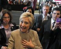 San GABRIEL, La, CA - 7 JANUARI, 2016, Democratische Presidentiële kandidaat Hillary Clinton schudt handen en stelt voor beelden  Stock Afbeeldingen