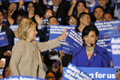 SAN GABRIEL LA, CA - JANUARI 7, 2016, demokratisk presidentkandidatHillary Clinton trappa på folkmassan på den asiatiska amerikan Arkivfoton