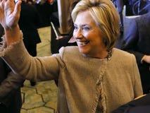 SAN GABRIEL LA, CA - JANUARI 7, 2016, skakar poserar den demokratiska presidentkandidaten Hillary Clinton händer och för bilder p Arkivfoton