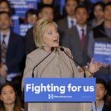SAN GABRIEL LA, CA - JANUARI 7, 2016, talar den demokratiska presidentkandidaten Hillary Clinton till den asiatiska amerikanen oc Royaltyfri Bild