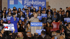 SAN GABRIEL LA, CA - JANUARI 7, 2016, talar den demokratiska presidentkandidaten Hillary Clinton till den asiatiska amerikanen oc Royaltyfria Bilder