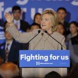 SAN GABRIEL LA, CA - JANUARI 7, 2016, talar den demokratiska presidentkandidaten Hillary Clinton till den asiatiska amerikanen oc Arkivfoto