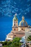San Gennaro kyrka med det rundade taket i Vettica Maggiore Praiano, Italien royaltyfri fotografi