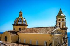 San Gennaro kyrka med det rundade taket i Vettica Maggiore Praiano, Italien royaltyfri bild