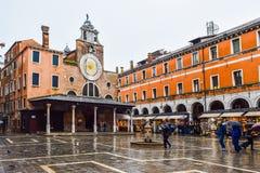 San Giacomo di Rialto också som är bekant som Giacometto, en kyrka i sestieren av San polo, Venedig, Italien arkivbilder