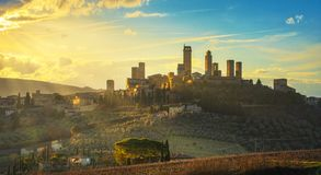 San Gimignano grodzka linia horyzontu, średniowieczny i górujemy zmierzch włochy Toskanii zdjęcia royalty free