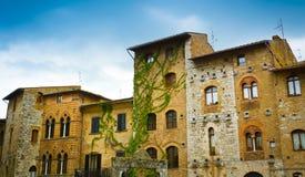 San Gimignano historiska byggnader Arkivbild