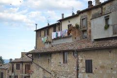 San Gimignano, Itália, as casas antigas e o ar secaram a lavanderia foto de stock