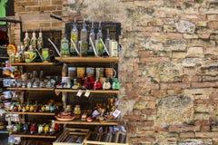 SAN GIMIGNANO ITALIEN JULI 05, 2017: Typiska souvenir i shoppar arkivbild