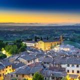 San Gimignano-Nachtvogelperspektive, Kirche und mittelalterlicher Stadtmarkstein. Toskana, Italien Lizenzfreie Stockfotos
