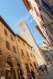 San Gimignano-Straße und -turm stockfotografie