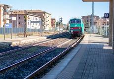 San Gimignano tuscany/Italien 23 februari 2019: järnväg i fastland av Italien royaltyfria bilder